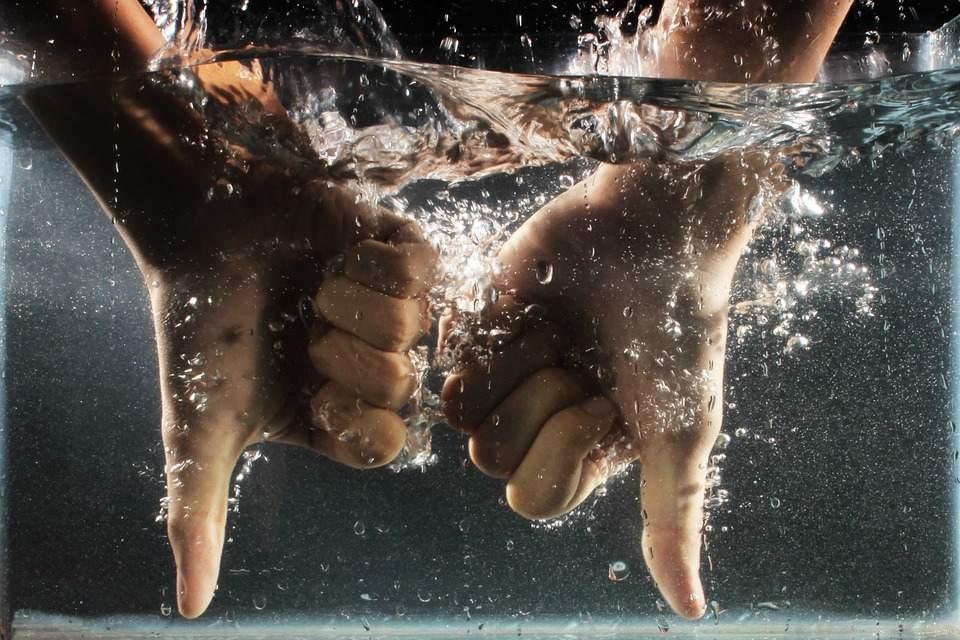 ruce-ve-vode-j